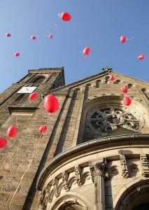 hochzeit,luftballons vor kirche