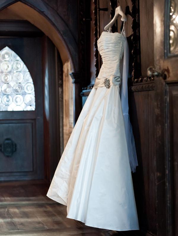 Brautkleid hängend am Kleiderbügel