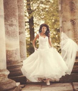 Braut läuft zwischen Säulen hervor