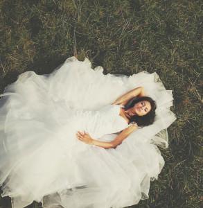 Braut liegend auf einer Wiese