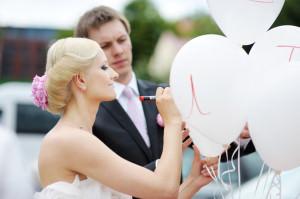 Braut schreibt auf Ballon