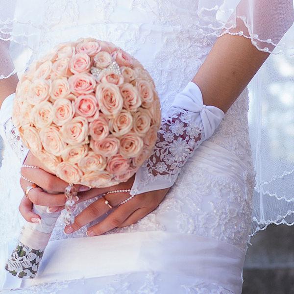 Brautstrauß und Brauthandschuhe der Braut