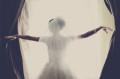 Braut wirft die Vorhänge zurück