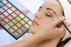 Frau wird geschminkt
